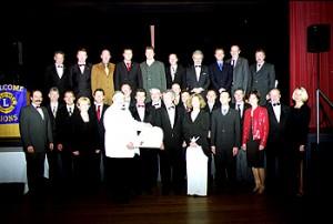 Dr. Kavasch und Guiding Lion Dr. Lickleder mit den 24 Clubmitgliedern